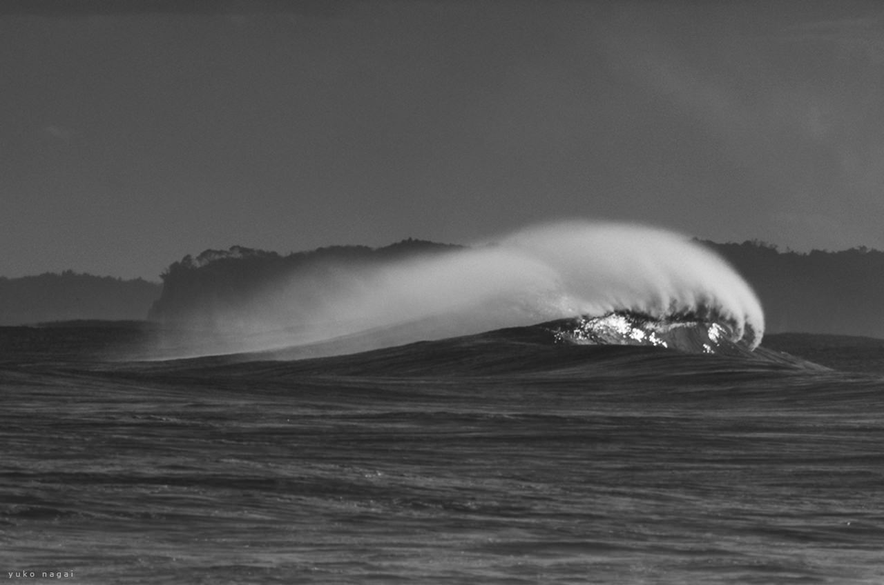 A wave with arch shaped spray.